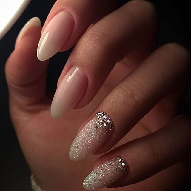 """2,501 Me gusta, 12 comentarios - NAILPRO (@nailpromagazine) en Instagram: """"We love the elegance and simplicity of the this almond shaped set by #nailpro @chic_nails_elina. …"""""""