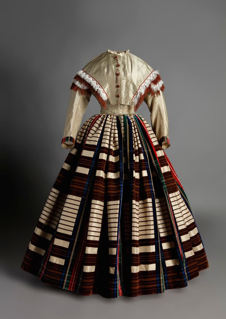 Day dress, 1850′s From the Museo de la Moda via the Museo del Romanticismo on Twitter