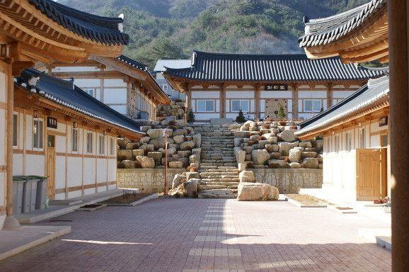Like the rock wall/garden