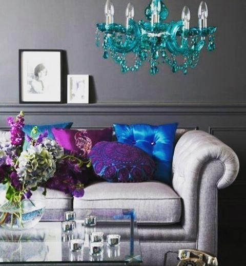Очень понравилось сочетание цветов! Серый графитовый цвет стен, на фоне которого светло-серый диван смотрится почти белым! И много ярких акцентов) правда бирюзовая люстра немного выбивается из цветовой гаммы... Если бы она была синей, в #цвет однотонной подушки, то не смотрелась бы так обособленно!) Красота в деталях!)) #екатеринасемыкина #дизайнеринтерьера #дизайнквартиры #интерьеркоттеджа #интерьердизайн #интерьерквартиры #диван #дизайндома #интерьер #гостиная #интересное #style #design…