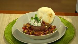Chilli con carne zhovädzej sviečkovice, koriandrový tvaroh, arapas - varená kukuričná múka