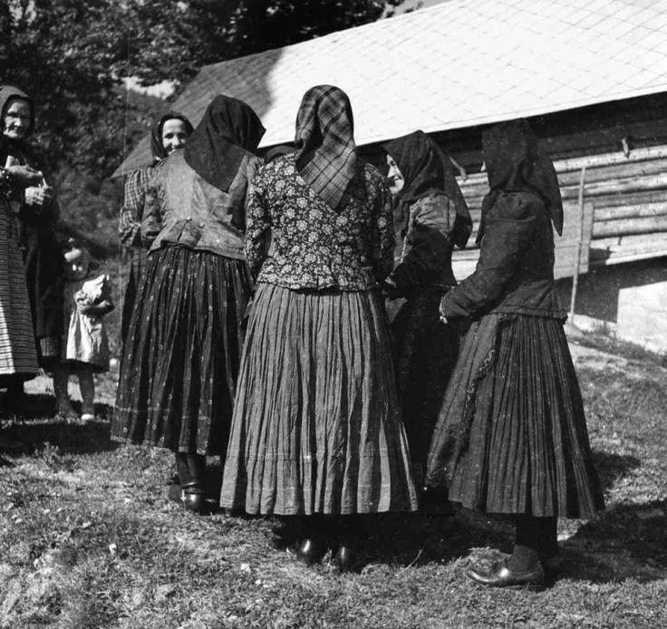 Smútočný odev starších žien, Žakarovce, okr. Gelnica, 1953. Foto: S. Kovačevičová, Archív negatívov Ústavu etnológie SAV v Bratislave