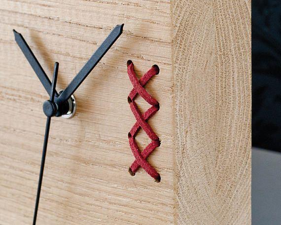 Orologio legno da tavolo, orologio da tavolo. Un unico orologio in legno con ricamo a mano. Grande regalo per la festa del papà. Un bel pezzo per la vostra casa o ufficio. Nizza su una scrivania o un ripiano. Orologio da tavolo Rovere tinta con ricamo in pelle. Colore a scelta: nero, rosso e verde. Dimensione: 4.7 x 4.7 x 1,57(12 x 12 x 4 cm) ------------------------ Per pacchetto di 3 orologi e molto altro vi preghiamo di contattarci. ------------------------ Vedere i nostri altri orolog...