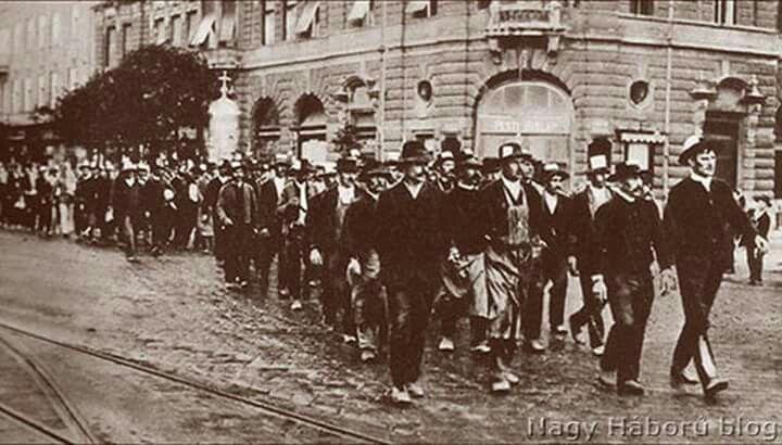 1914. Bevonuló önkéntesek. Bajcsy-Zsiluszky út 78 előtt.