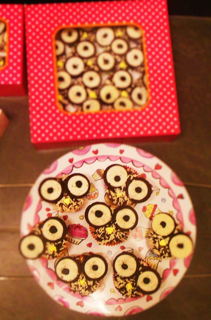 Verjaardag in de uiltjes klas cupcakes met glazuur& oreo's