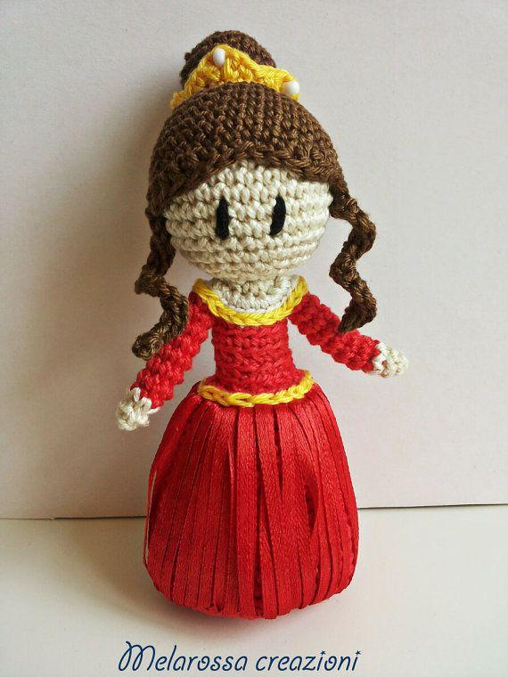 Bambola Principessa amigurumi fatta a mano all'uncinetto in cotone lavabile,senza parti metalliche interne,gonna di nastrino di raso rosso