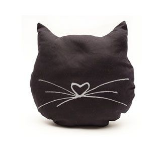 I love all black cats and kittens. Something about their deep darkness  of their fur contrasted by vivid eyes always makes me melt. So when I strated thinking of craft projects I want to do, I was attracted to diy  project featuring black cats. I was looking around for ideas and I found  some that I thought were so fun and adorable, that they were definitely  worth sharing.