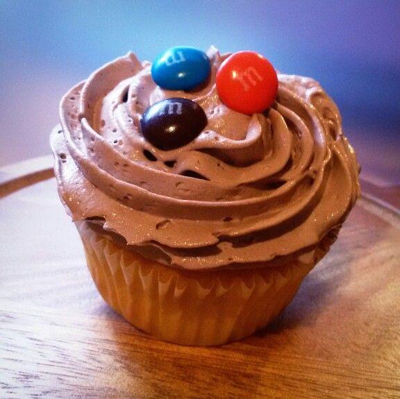 Cupcake de Vainilla o Chocolate con Glaseado de Crema Batida y decoración  de M & M's