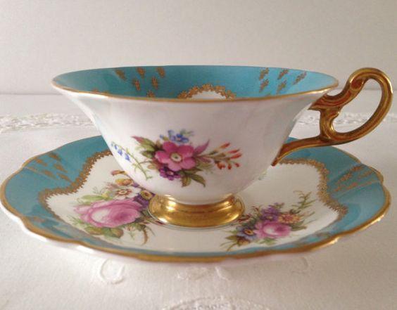 Šálek na čaj * bílo modrý porcelán se zlaceným okrajem a ouškem s ručně malovanými růžovými květinami ♥