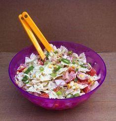 Deze zomerse pastasalade met gerookte kip en crème fraîche is het perfecte avondmaaltje wanneer het buiten de temperaturen flink oplopen.