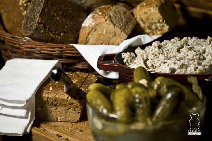 domowy smalec, ogórki, chleb /  homemade lard, cucumbers, bread www.danielmisko.pl