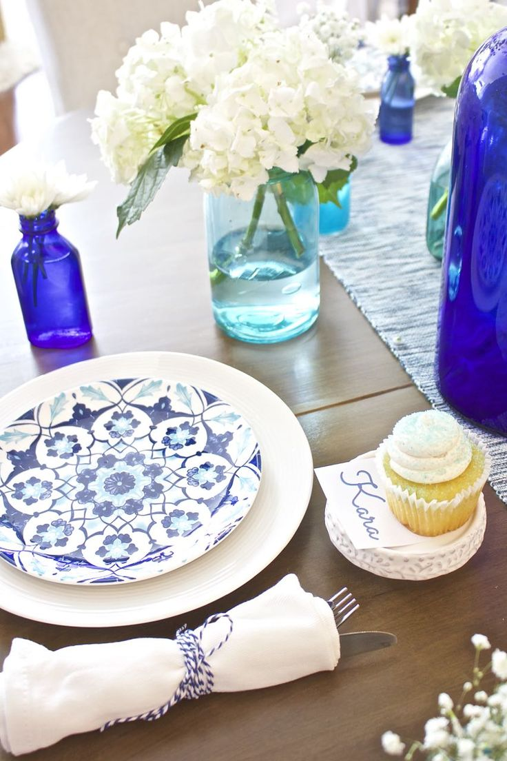 Summer tablescape. Blue tablescape. Blue and white tablescape. Coastal tablescape. Cobalt blue glass. Aqua mason jars. Cupcakes. Shades of Blue Summer Tablescape – Back to Basics