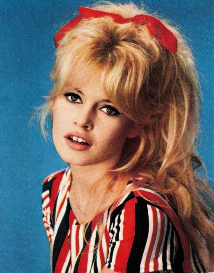 Labbra corallo per Brigitte - Beauty look Anni '50 con onde morbide, frangia e fascia tra i capelli