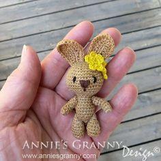 Miniatyr Amigurumi Kanin - design av Racquel Alexia Barrett - Gratis mönster på svenska