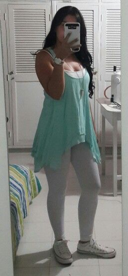 Vestido con leggins y tenis converse - outfit casual informal -