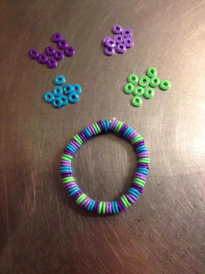 Armband av smälta hama pärlor. #pärlor #hama