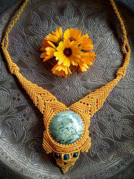 https://www.etsy.com/es/listing/248944036/collar-de-macrame-con-piedras-naturales