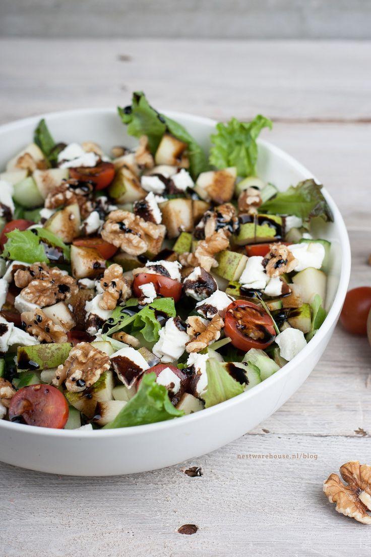 Een lekkere en slanke salade met een winters tintje dankzij de peer! Ideaal als vegetarische maaltijdsalade, of gewoon als bijgerecht.