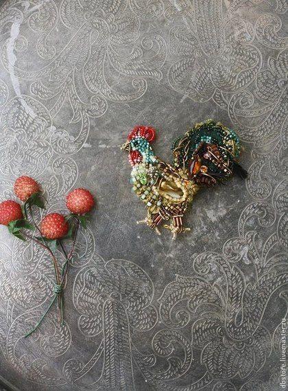 Купить или заказать Брошь 'Петух' 4я вариация) в интернет-магазине на Ярмарке Мастеров. Брошь 'Петух' Вышивка на шелке. В работе-японский и богемский бисер, перья, винтажный немецкий кристалл и кристаллы swarovski, канитель, антикварная бахрома, пайетки.…