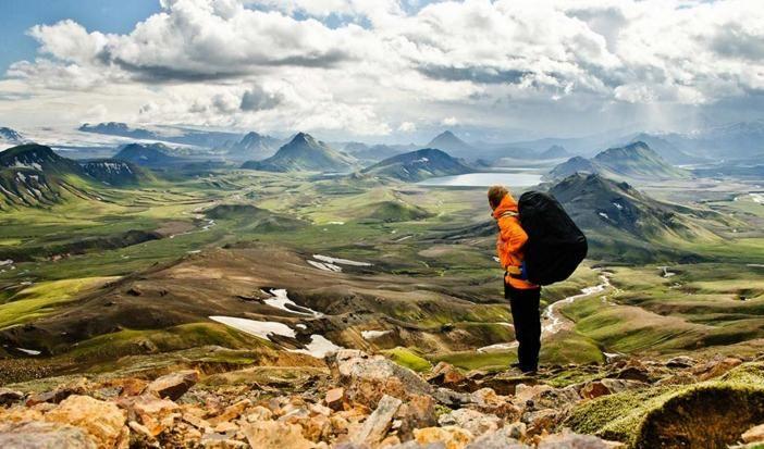 Viajar é uma experiência pessoal. Há quem prefira ir com os amigos, com a família, com o namorado. E há quem seja adepto de se aventurar sozinho pelo mundo.