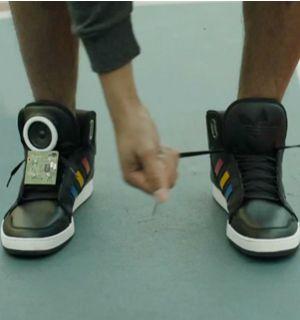 """Zapatos Google Adidas """"Adidas, y Google presentaron un novedoso modelo de zapatillas que tiene la posibilidad de conectarse a las redes sociales para enviar los movimientos y ejercicios de la persona que los utiliza""""."""