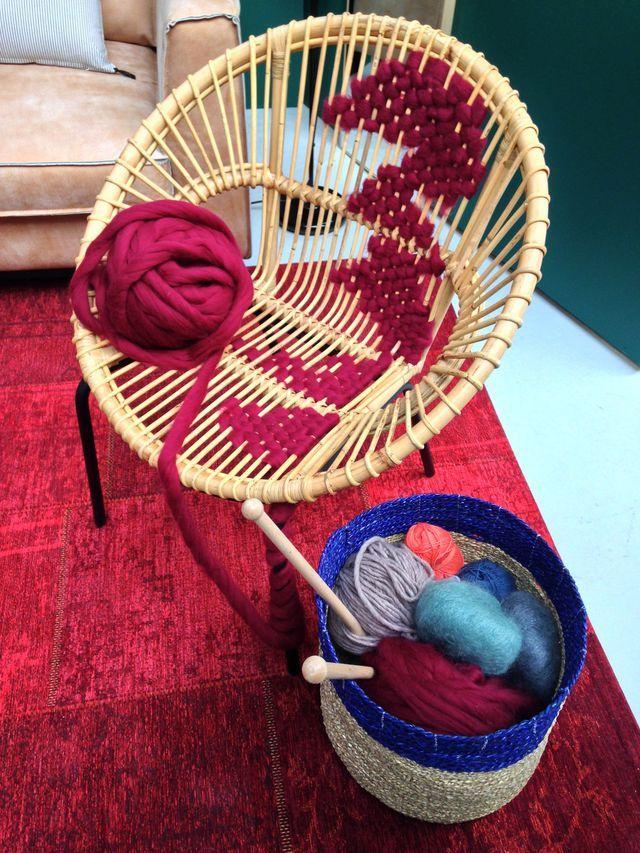 Superbe fauteuil en bambou tressé de laine bordeaux, une super idée DIY !