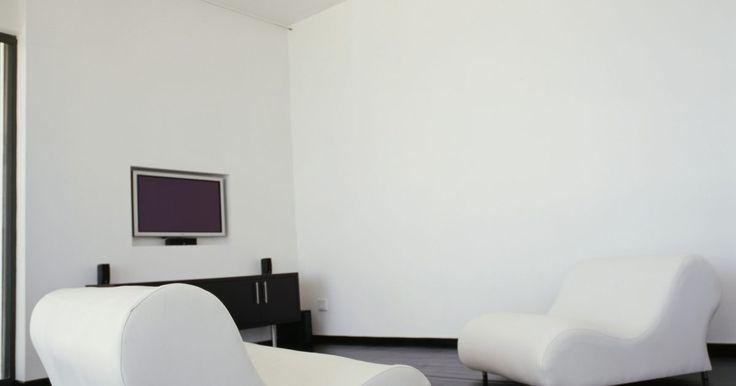 Como remover resíduos de adesivo em paredes pintadas de branco. Crianças e adolescentes podem tentar mostrar sua criatividade e individualidade adornando paredes pintadas de branco com adesivos. Embora fáceis de aderir, adesivos podem ser um desafio para remover. O revestimento adesivo deixa um resíduo pegajoso em paredes pintadas, mesmo depois de removê-los. As partículas de poeira no ar se grudam a estes ...