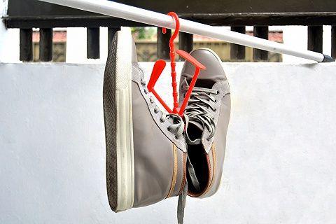 Dijual Gantungan Sepatu yang unik dan menarik yang dapat memudahkan Anda menjemur sepatu yang dicuci sehingga sepatu cepat kering dan tidak berbau.  Dalam satu gantungan dapat menggantung 2 pasang sepatu, cocok untuk yang punya banyak sekali koleksi sepatu dan gampang terkena basah.   Ukuran gantungan sepatu itu 21.5*23cm Terbuat dari bahan Plastik  Memiliki berbagai macam varian warna: Green, Yellow, Red, Blue
