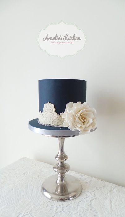 Idea original de Amelie's Kitchen. pastel en azul marino y marfil. 25 Imágenes de Pasteles de Boda Originales e Irresistibles