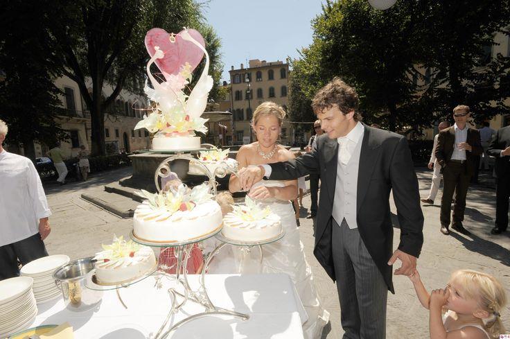 Romantic wedding cake with amazing sugar design finished right at Piazza Santa Spirito, Florence. / Bruidstaart van Nederlands bruidspaar, trouwen in Florence.  ©Con Amore.- Romantische bruiloften in Toscane.