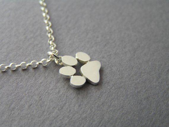 Un lindo collar para los amantes de perros y gatos.  Una pata imprimir colgante, hechos a mano de plata, con acabado brillante. El tamaño del