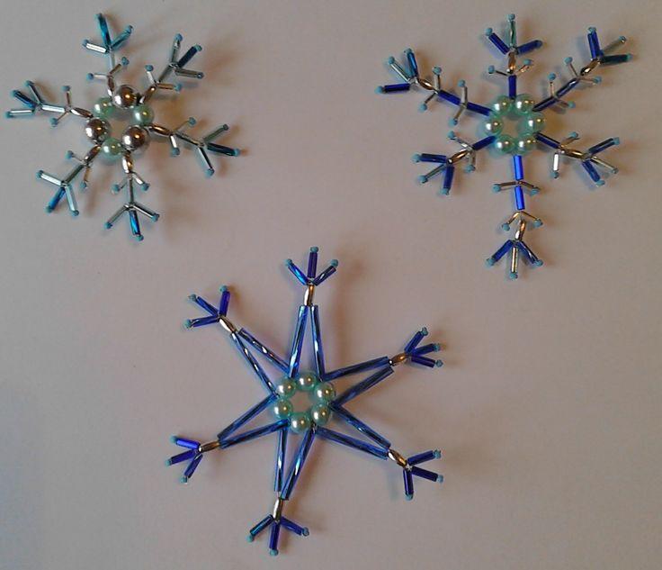 Vánoční+ozdoby+sada+modro+stříbrná+malá+Vánoční+ozdoby+z+korálků+-+sada+3ks,+modro+-+stříbrná+kombinace,+sněhové+vločky.+Lehoučké,+třpytivé+ozdoby+na+stromeček,+záclony,+pod+lustr,+drobnost+k+dárku+nebo+přání,+adventní+věnce+a+dekorace,+apod...........