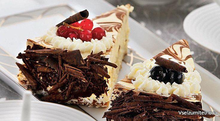Чизкейк с белым шоколадом   ИНГРЕДИЕНТЫ 200 г шоколадного печенья 2 ст. л. сливочного масла 150 г белого шоколада 600 г мягкого сливочного сыра («Филадельфия», «Альметте», «Виола») 300 г сметаны 1 стакан сахара 3 больших яйца 60 мл ликера «Бейлис» Для украшения: шоколадная стружка взбитые сливки свежие ягоды  ПОШАГОВЫЙ РЕЦЕПТ ПРИГОТОВЛЕНИЯ  На дно разъемной формы для выпечки диаметром 24 см положите пергаментный круг, стенки выстлите пергаментной лентой, ширина которой должна быть на 2 см…