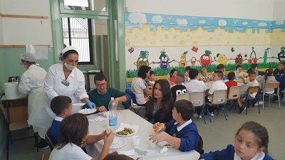 Bari lassessora Romano a pranzo con gli alunni della scuola primaria Corridoni