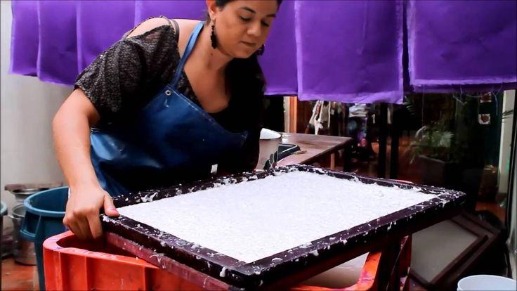 En Tlaquepaque visita el taller de papel reciclado