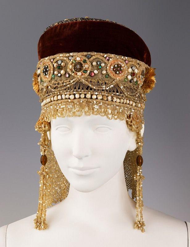 головные уборы при иване грозном -  кика,  украшенная  золотым  шитьем  и  жемчугами.