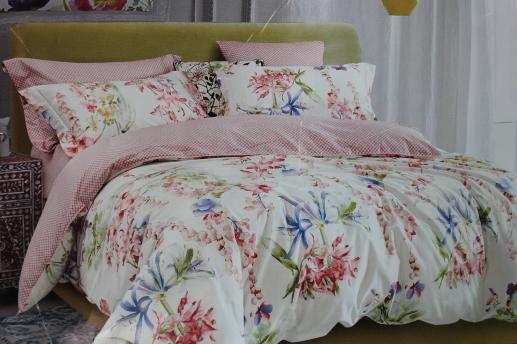 Ткань для постельного белья, розовые и синие цветы на белом фоне