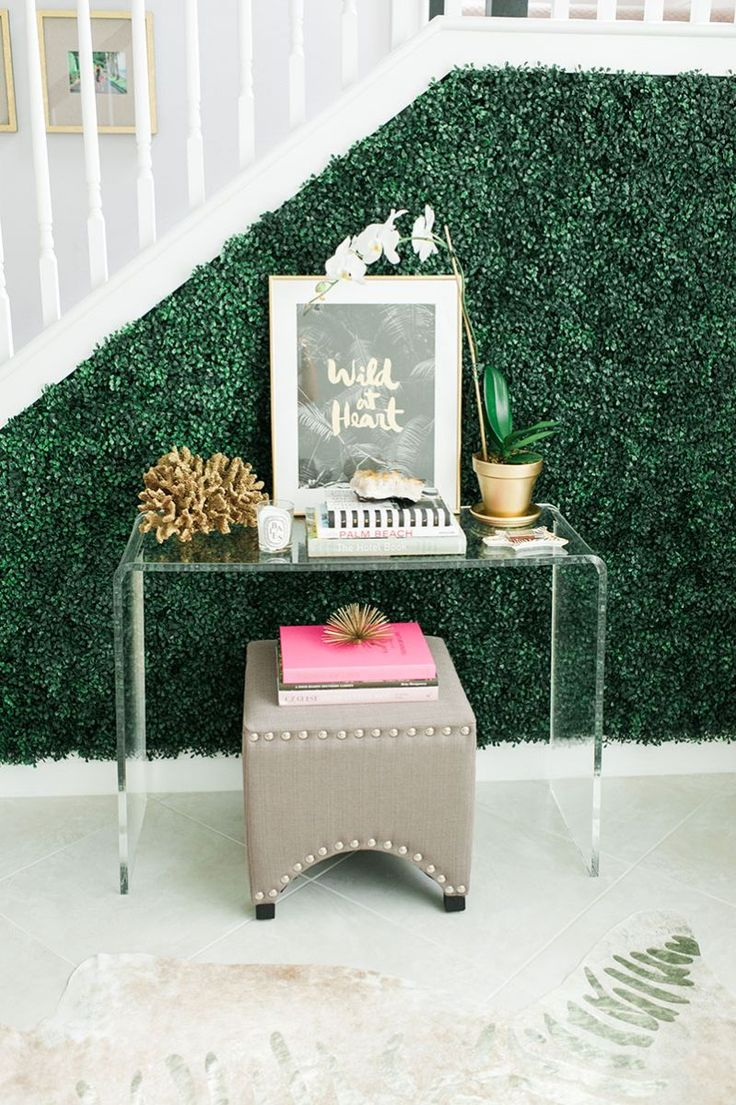 Quirky & stylish entryway console table || Beth Aschenbach's Palm Beach Home Tour #theeverygirl #hometour