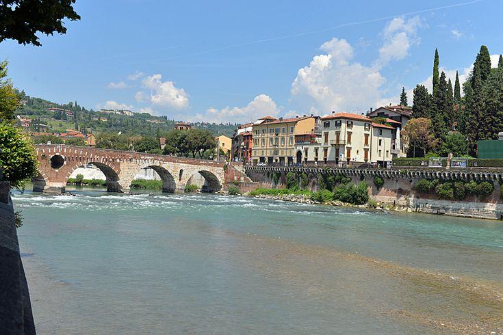 Verona: Am Rande der Altstadt kann man am Rande des Flusses Etsch entlang schlendern.