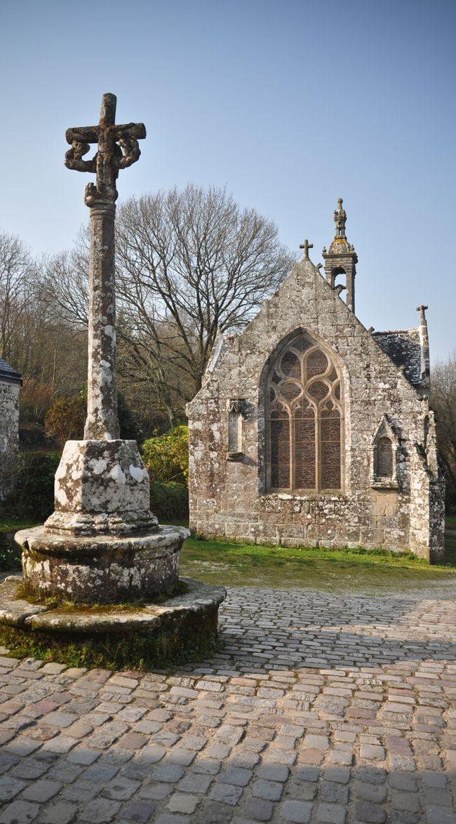 Petite chapelle et calvaire à #Locronan, une petite commune de #Bretagne connue pour son riche patrimoine architectural.