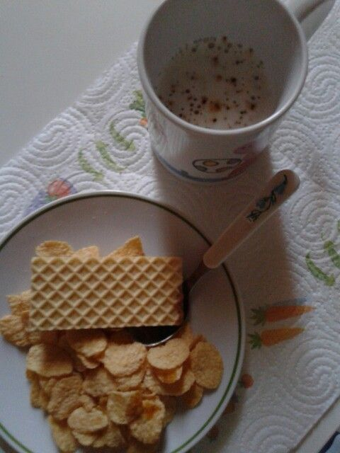"""TABLE. Some preparation with """"cornflakes"""" ~ A nice cup-150ml- x3pinch of #cappuccino #caffe #coffee #mousse #sweet #nomilk #nolatte #white powder (14gr) 4me, 14.9.'14 after morning H10AM @ athome #inbed.ripristino energie.~ I.x 3/4pinch; 54k.1,5protein.0,1/1,1fat.9,2carb./6,8sugar.0,6fiber. Il cappuccio cremoso @ nestle _ EDIT*#EDIT #areal #cup of #cap #cappuccino #caffe #coffee #cup #milk #lait #latte #cappuccio @ N. For #breakfast…"""