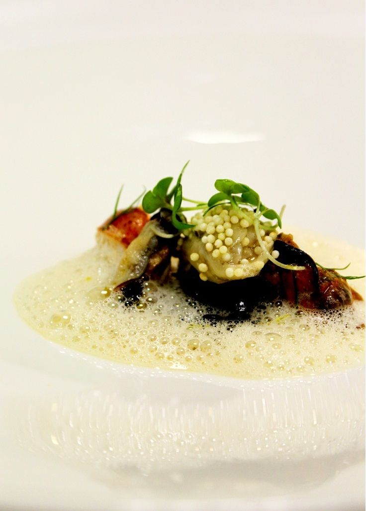 """Creme de mexilhão com caril, ostra panada e talharin de pepino 