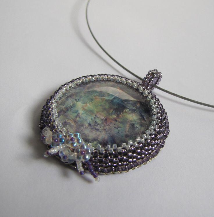 Něha+Náhrdelník+k+malovaného+kabošonu,obšitého+korálky+Toho+a+dozdobeného+skleněnými+broušenými+korálky