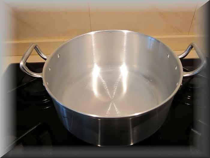 <p>Pasta para limpar panelas e dar brilho Material Necessário: 1 sabão em barra( eu coloquei 2 do sabão que fiz na garrafa pet) 4 colheres de sopa de vinagre(pode usar limão também) 2 colheres de sopa de açucar 1/2 litro de água quente -a quantidade de agua tem que ser …</p>