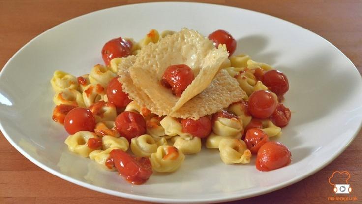Тортелини со чери домати со чипс од пармезан