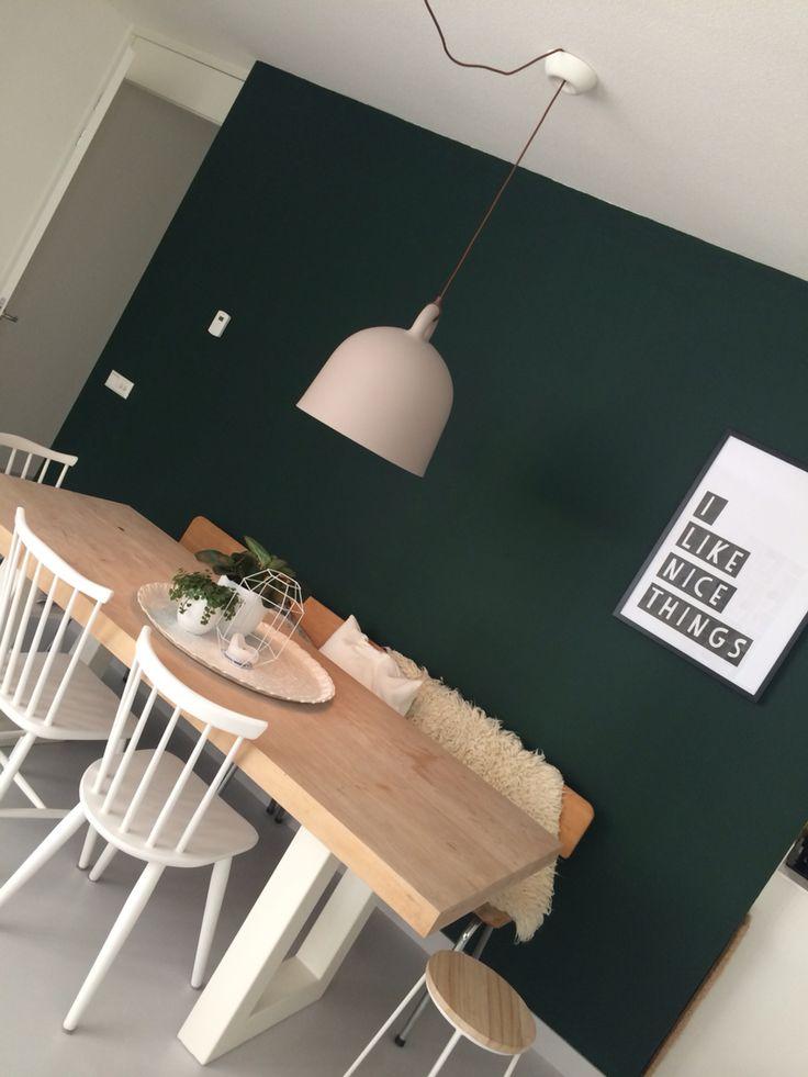 Woonkamer met donkergroene muur. 100%tijm #flexa #bellamp #scandinavic