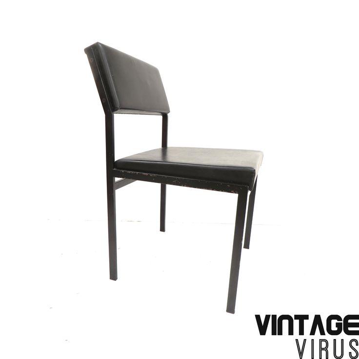 2 vintage stoelen met metalen frame en zwarte bekleding gemaakt in de jaren '60.  Afmetingen: Hoogte rugleuning: 76 cm Hoogte zitting: 45 cm Breedte: 45,5 cm Diepte: 54 cm  De prijs is per stuk.