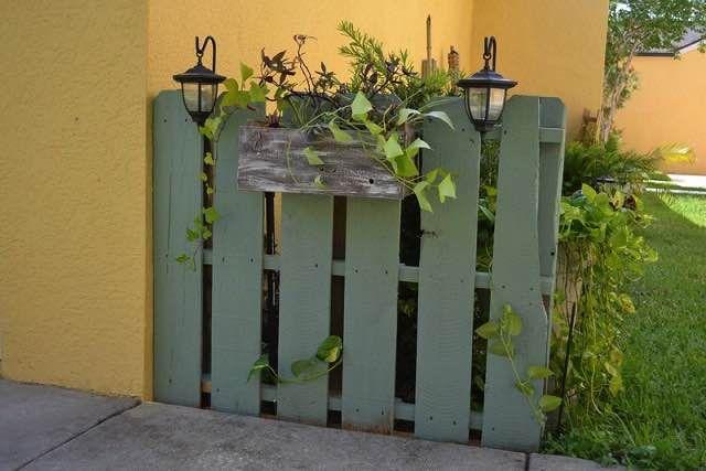 Ak hľadáte lacný a dostupný spôsob, ako vyrobiť nový plot, potom by ste si mali pozrieť tieto paletové inšpirácie. Paleta je lacný materiál a dá sa upravovať podľa potrieb. Môžete si z nich vyrobiť pohovky, stoly a iný nábytok, ale aj oplotenie.