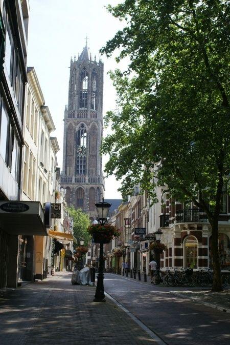 Utreg me stadje. De bekende plekjes als de Dom, Hoog Caterijne en de Oudegracht weten we inmiddels wel te vinden. Maar hoe kom je nou letterlijk de verborgen schatten van Utrecht tegen? Lidwine de speurneus, vertelt het je!