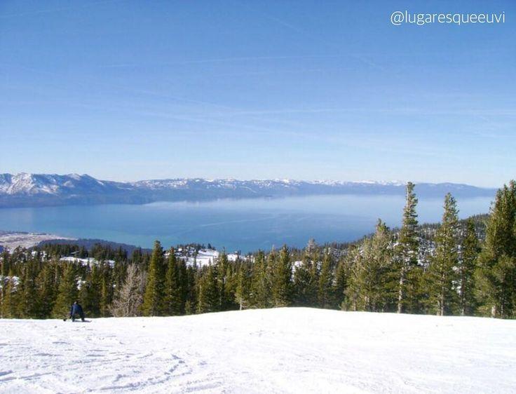 South Lake Tahoe California - USA. Essa vista de tirar o fôlego foi tirada de uma das pistas mais altas da estação de Ski Heavenly. Você sobe até o lift mais alto - o Sky Express - e desce com a vista voltada para o restante da montanha e segue a pista que faz uma curva para a direita. Após mais um curva a direita nos surpreendemos com essa vista absurda! Um presente da natureza! Fala a verdade fica difícil se concentrar nos skis ou pranchas com essa maravilha na nossa frente concordam?…